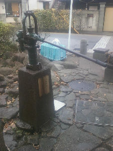 埼玉県大好き!!! 戸田市要害通り散歩道にちゃんと水出る手動式井戸がありました 子供たち楽しそうに遊んでました  私も埼