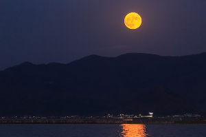 あなたの笑顔に出会いたいd(*⌒▽⌒*)b ニコニコッ 夕暮れ   水面の上に浮かぶ 大きなお月様を眺め    あしたも良き日にと願いをー