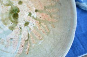 ヤフオク茶道具の真贋。 溜まった部分がガラスのように見えます。  還元で焼けていればこのような色合い。  酸化で焼ければガラ
