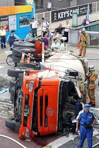 我等が愛しの都電沿線! 今日、都電王子駅前でミキサー車の横転事故があったらしいです。