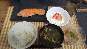 きょうのごはん 朝ごはん  焼き鮭 ところてん ヨーグルトいちごのせ ほうれん草と卵の味噌汁 ごはん 水だし麦茶