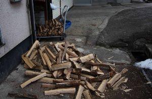 下手な石窯でも 先月も薪を作ったが、もう少し材木屋へお願いしていた。  先週算段したと電話があり、昨日午後2時過ぎに