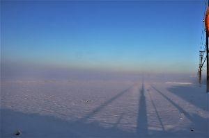 60歳になりました♪ 何年か振りの降雪・積雪、約10cmの積雪でした。 写真は23日、朝7時頃に家の前の通リ(直線2km)