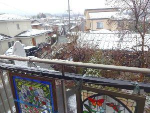 60歳になりました♪ 雪です! 窓のカーテンを開けたら 一面真っ白(写真) 春の雪、珍しくないけど ガッカリ!!  関東で
