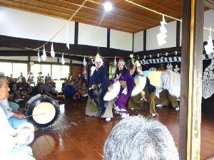 60歳になりました♪ 昨日は大迫の神楽の館で大償神楽の春の舞の奉納があった 気が付いたのは 女性の舞い手が居た事 長~い大