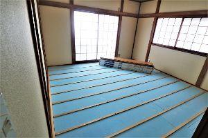 60歳になりました♪ 根太を固定し、その間に断熱材(青色)を挟み込みました。 さぁ~、残りは床材23枚です。 確実に敷いて