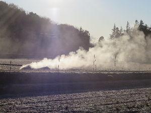 65歳になりますが、何か? 「環境が優先それとも農業が優先?」 3日位前から家の近くで「はと麦の殻と屑」を燃やしています。 昔は