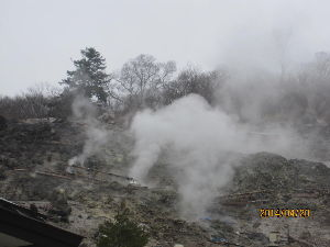 東北に行こう 塩原温泉の一番奥にある新湯(あらゆ)へ行って来ました。 山肌から激しく水蒸気が噴出しています。 温泉