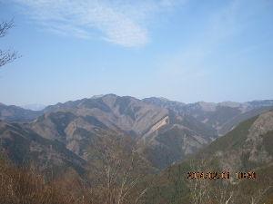 山梨・奥多摩の野や山 明日は大雪かも知れません 山は近づけません。  先日の山行きの写真を 左の奥は東京都最高峰雲取山 右