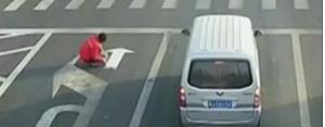 来週のレンジ予想 【直進も可能レーンに】 渋滞を不満に思った男が、驚きの行動に出ました。 中国・江蘇省の車が行き交う交