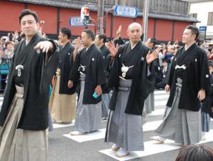 来週のレンジ予想 【四条通で異例70人お練り】 歌舞伎俳優約70人が27日、南座前から八坂神社までの四条通で、お練りを