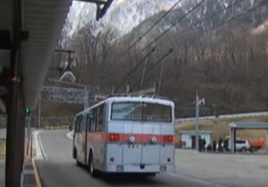 来週のレンジ予想 長野と富山の県境にある黒部ダムに通じるトロリーバスがきょうで50年を超す運行を終え、多くの人が訪れ別