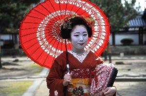 前途多難(T_T) こんばんは。  昨日は萬福寺へ舞妓撮影会に行ってきました。 JR奈良線の電車が東福寺駅と稲荷前駅まで