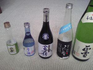 ポチっとなぁ~彡☆ かんろも明日が仕事始めです。 年末年始で頂いたお酒、元日に並べて写真を撮ってみました。  かんろが直