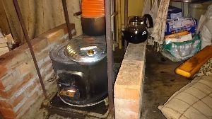 建設現場の掲示板 マダマダ寒い日が続いていて、毎日薪ストーブをガンガン焚いております。 来週は注文しておいた薪が入って
