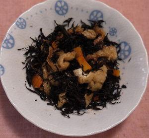 今夜のおかず 皿チンでひじきの煮物 材料 芽ひじき(ぬるま湯でもどす) 油アゲ(短冊切りで熱湯で油抜きする) ニン