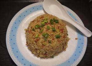 今夜のおかず 桜エビのカレー焼き飯。 ①ご飯を溶き卵で混ぜご飯にします。 ②材料の桜えび、白ネギのみじん切り、生姜