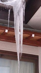 絆・・・ これは、大雪時の氷柱です(T_T) 1メートル以上だよ!