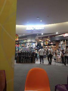 2670 - (株)エービーシー・マート 昨日のダイバーシティー東京(お台場)の店舗にはアジア系の客が多かったですね。まぁまぁの入りでした。