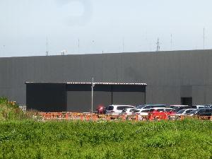 8713 - フィデアホールディングス(株) 鶴岡サイエンスパーク情報 スパイバー工場裏側搬入口近くに 新たな建築物が完成しました(写真) 蜘蛛糸