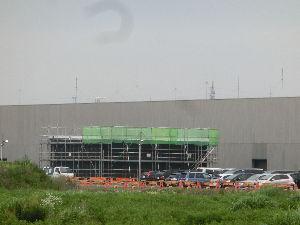 8713 - フィデアホールディングス(株) 鶴岡サイエンスパーク情報 スパイバー工場裏側搬入口近くに 新たな建築物が作られています(写真) 蜘蛛