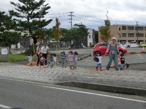 8713 - フィデアホールディングス(株) スパイバーの社内保育園の園児達 散歩してます 親たちは奮戦中 2020ははばたくかな