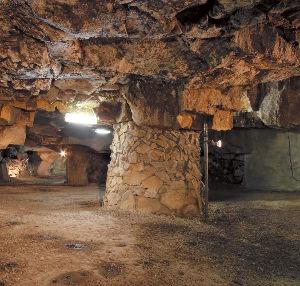 一枚の写真の思い出~。 鬼ヶ島大洞窟は、女木島の中央・鷲ヶ峰の中腹に口をあける、謎の人工洞窟。紀元前100年頃に、凝灰石をく