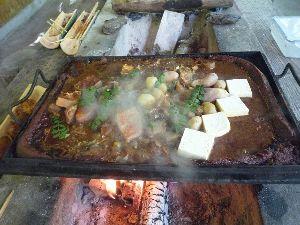 一枚の写真の思い出~。 ひらら焼き平らな石を「ひらら」と呼び、これを焼いてつくります。味噌で土手をつくり、アメゴや豆腐、野菜
