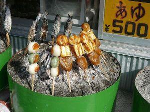 一枚の写真の思い出~。 でこまわし  でこまわしは、ほどいも(じゃがいも)、豆腐、こんにゃくを竹串に刺し、みそだれをつけて炭