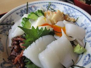 一枚の写真の思い出~。 南阿波丼 JR日和佐駅の近くに位置する「味処 むらかみ」綺麗な店内は、カウンター席、テーブル席、小上