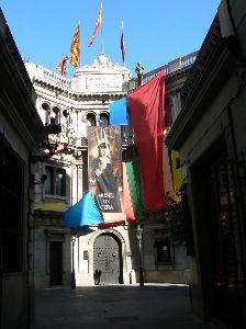 旅 暮らし なんでもお話ししませんか。 街の中の建物に、色んな旗が風でなびいていました。                         す