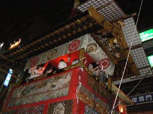 旅 暮らし なんでもお話ししませんか。 祇園祭の鉾   京都の祇園祭は、やはり人出がものすごく、歩くのも大変です。