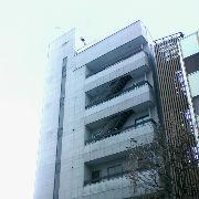 オフィスビルの4Fと5Fのバルコニーから階段が設置されている 宇都宮市