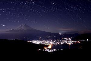 /^д^\富士山好きな人の部屋 冬の西川新倉林道からの富士山。 冬季閉鎖中なので静かな撮影旅行を楽しめます。 佐藤小屋の明かりがつい