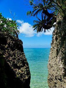 沖縄・石垣・八重山諸島へ 岩場の切れ目から顔をのぞかせるエメラルドブルーの海は一見の価値あり。洞窟を抜けた後のお楽しみです
