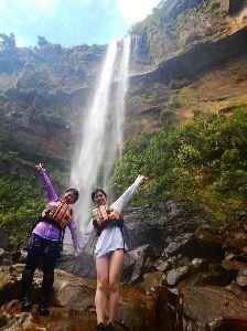 沖縄・石垣・八重山諸島へ 沖縄県最大の落差55mの滝  落差55mの沖縄県最大の滝で、滝の上からは、エメラルドグリーンの海と鳩