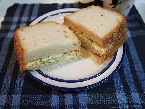 嘘でかためられた俺の人生 夕べのポテサラの残りでポテサラサンドにしました。 パンはトーストした方が良かった。