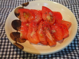 嘘でかためられた俺の人生 トマト、切っただけ。 塩と黒コショー。