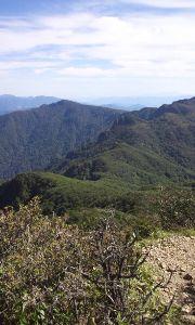 九州 大分発 山歩きしています。 久々に快晴登山です。 北谷登山口から風穴ルートで登りました。 くっきりと見える傾山への縦走をまた歩い