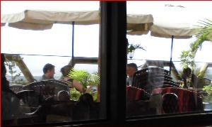 ケニヤでサファリ 屋外で 太陽と風を楽しみながら 食事もできます。  少し 気温も上がっており 室内の方で 私は助かり