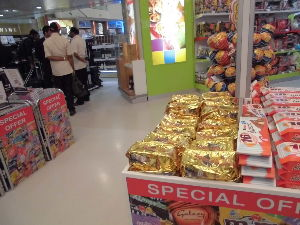 ケニヤでサファリ ナイロビを立ち 乗り換えの カタール・ドーハ空港に 着き 免税店で お土産を物色中。  これ、人気だ