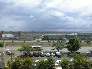 ケニヤでサファリ レストランから 見える景色です。  この先にも 大きな公園があるようです。  お天気は まァまァでし
