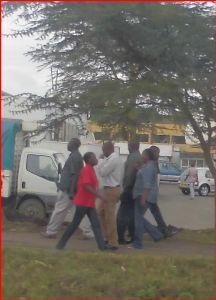 ケニヤでサファリ 人が 固まっています。  たまたま こういうことになったと思います。  皆さん思い思いのように見えま