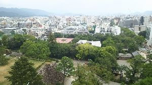 おじさん おばさん 大集合!!!! 2枚目です。  高知城、天守閣からの眺めです。 なかなかの絶景でした。 お城の中の階段が非常に急でし