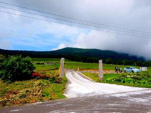 7203 - トヨタ自動車(株) 同日 八幡岳の麓にて 我がオモチャのようなプリウス 光景はまさに天と地の違い 時間差は30分だけ