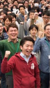 3928 - (株)マイネット  >Twitterの集合写真の赤い服の男、、。 >総会でおそらく株主の怒りにさらされるん