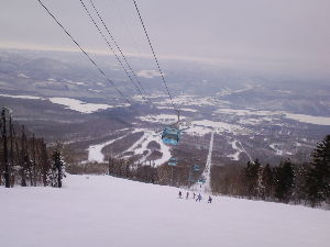 岩手県内でゲレンデに立っている中高年スキーヤーの暖話室 二日目は安比スキー場です。 朝一のゲレンデを滑りたく昨夜は、高速道の岩手山SAに車中泊でした。 8時