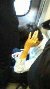 道徳とマナー 満員になりかけてる電車のドア際で、ご覧のように座り込んでゲームをしている若造。一応声邪魔だから立てと