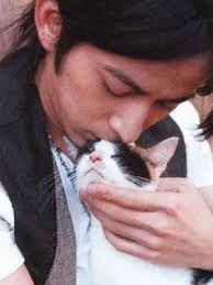真夜中のひとりごと イイ男には猫が似合う  猫になりたい