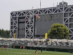 明治学院大学野球部を応援します! [ 誇らしげな伝統部旗 ]  試合開始前に風がない中、何故か明学大サッカー部の部旗だけが横になびいた